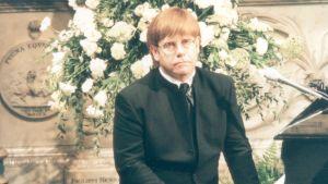 Elton John vid Prinsessan Dianas begravning.