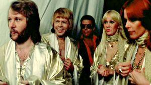 Abba valmiina lavalle. Kuva Lasse Hallströmin elokuvasta Abba The Movie (1977).
