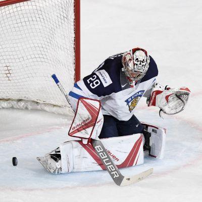 Harri Säteri hade en svettig kväll i Finlands sista gruppspelsmatch mot Kanada.