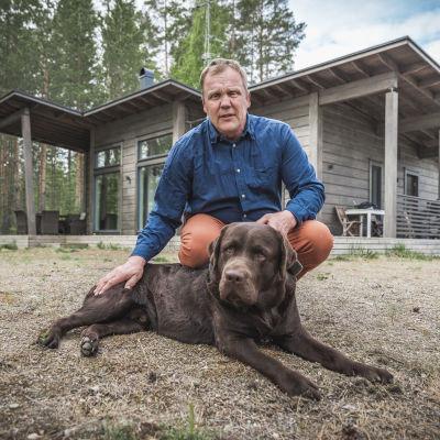 Kyläkauppias Jarno Ankerman ja hänen koiransa.