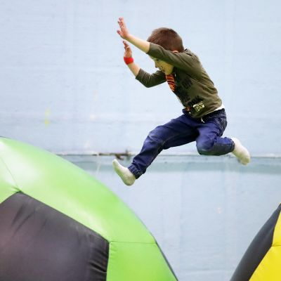 Poika hyppii jättipalloilla.