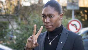 Caster Semenya håller upp två fingrar när hon är påväg till ett rättsärende.
