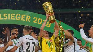 Lukas Hradecky lyfter den tyska cuppokalen.