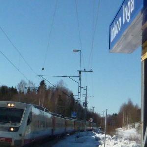 Pendolinotåg susar förbi Ingå station.