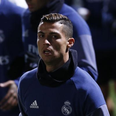 Cristiano Ronaldo ser orolig ut.