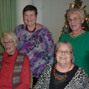 I bakre raden: Ingrid Hollmérus- Nilsson och Ros-Maj Lindroos. I främre raden: Anita Exell och Ritva Rehnström. De är änkor och träffas för att prata om livet.