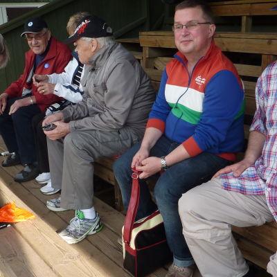 Från höger: Timo Westerlund, Jan-Peter Sjöholm, Allan Wikström, Marita Sevón och Gösta Sevón. Framför dem: Eino Fredriksson.
