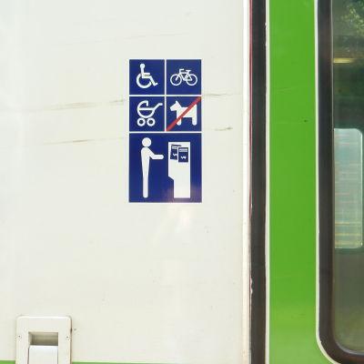 Här ska man betala sin biljett om man gör det ombord på rälsbussen mellan Hangö och Karis.