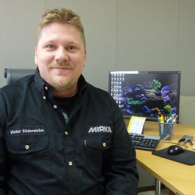 Produktionsplanerare Victor Söderström jobbar på Mirka i Karis.
