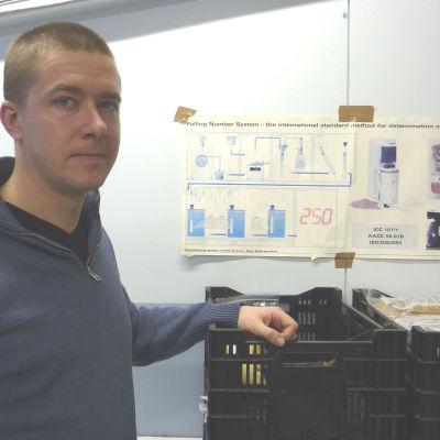 Fältmästare Mikael Fröberg analyserar lantbrukares spannmål.