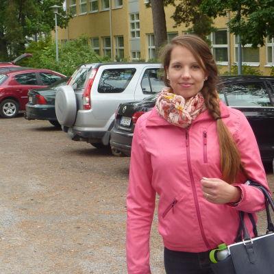 Diana Lundström studerar till närvårdare och hoppas att regeringen inte sparar bort alla lönetillägg.