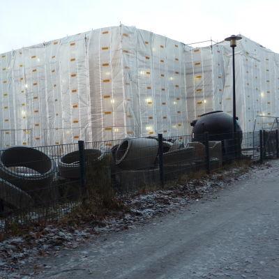En massa bråte och kontainrar på Anttilan koulus skolgård då skolan renoveras.