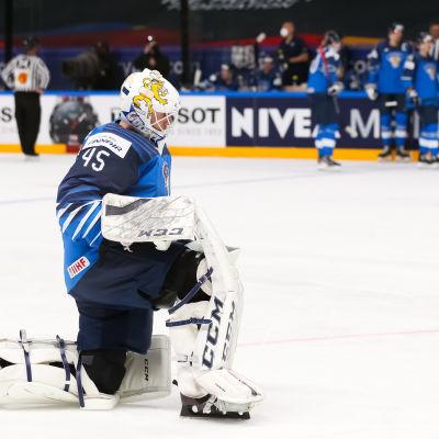 Jussi Olkinuora står på knä under ett spelavbrott.