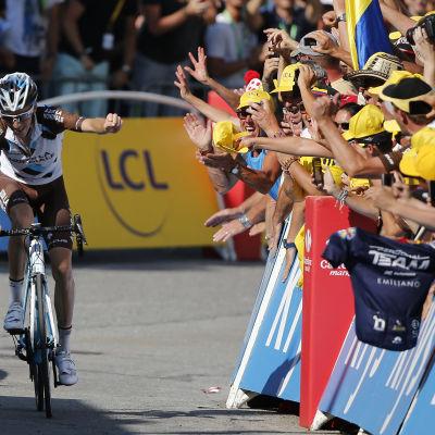 Romain Bardet framför jublande hemmafans i Tour de France 2015.