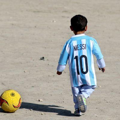 Murtaza Ahmadi pelaa jalkapalloa