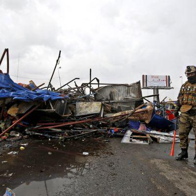 Mielenosoittajien leirin jäänteet Basran kadulla.