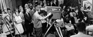 """Tesvision Ratakadun studiolla tehdään """"Nuorten tanssihetki"""" -ohjelmaa. Kameramies työssä. Vuosi noin 1961."""