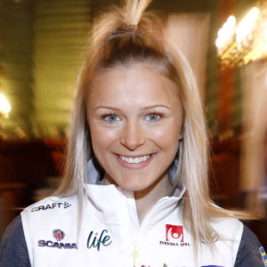 Frida Karlsson poserar efter segern i Holmenkollen 2020.