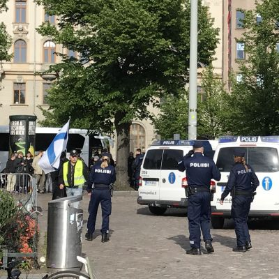 Polisen tvingar demonstranterna i Suomi Ensin-lägret på Järnvägstorget att överge sitt tält. 26.6.2017, Helsingfors.