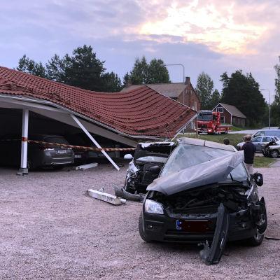 En personbil vars framparti är kraschat.