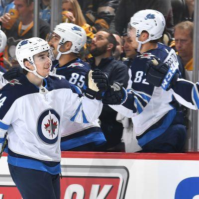 Heinola, Hintz, Teräväinen ja Aho juhlivat NHL-kierroksella maalia