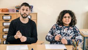 Musse och Zeline sitter vid samma bord i klasssen.