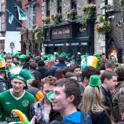 Ihmisiä juhlimassa, St Patricks Day