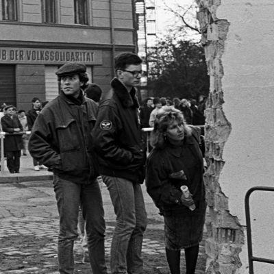 Folk och soldater vid den delvis rivna Berlinmuren vid Bernauerstrasse