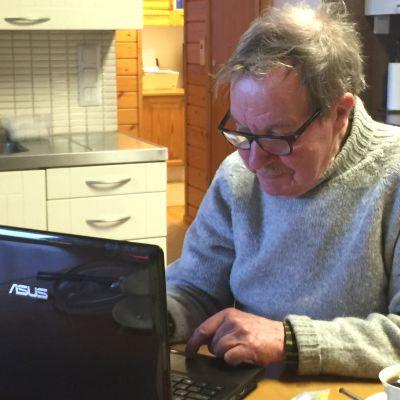 Luoteis-Kuhmon kyläverkko -osuuskunnan hankepäällikkö Philip Donner istuu kannettavan tietokoneen äärellä.