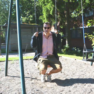 Wickström sitter på en gunga.