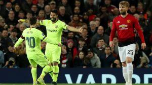 Lionel Messi och Luis Suarez firar ledningsmålet mot Manchester United.
