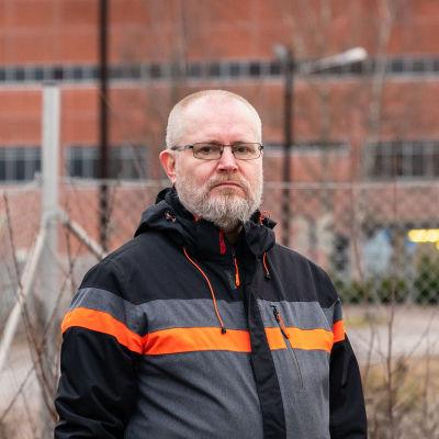 entinen työministeri Jari Lindström Voikkaan tehtaan pihassa