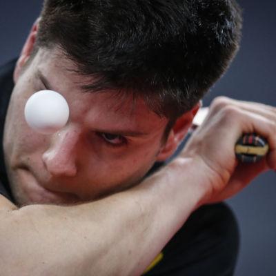 Bendek Olah med en bordtennisboll framför ögat.