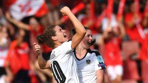 Nina Burger och Sarah Zadrazil firar mål.