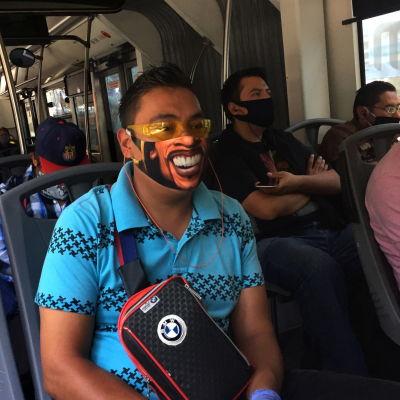 Personer i Mexiko sitter på en buss och bär munskydd.