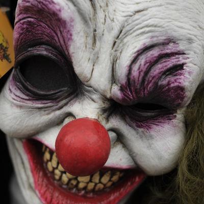 Skrämmande clownmask i närbild.