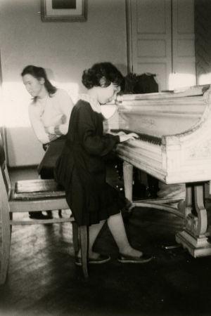 Pieni piano-oppilas soittaa.