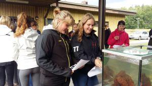 Matilda Sigfridsson och Linn Lundell från Skärgårdshavets skola försöker i frågesporten lista ut vilken fisk som simmar i akvariet.
