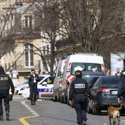 Poliser utanför Internationella valutafondens kontor i Paris där en brevbomb exploderade den 16 mars 2017.