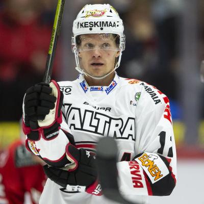 Jani Tuppurainen flyttar på sitt armbågsskydd.