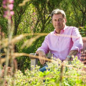 Puutarhuri Alan Titchmarsh tekee palveluksen ihmisille, joiden oma puutarha on jäänyt vaille huolenpitoa.