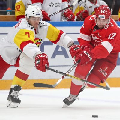 Oliver Lauridsen (L) ja HC Spartak Moscow's Anatoly Nikontsev