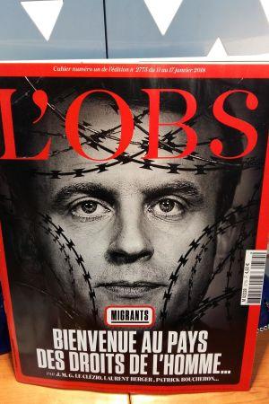 politiska veckotidningen L'Obs har en bild på President Macron omgiven av taggtråd.
