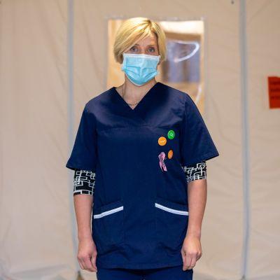 Ivalon johtava lääkäri Outi Liisanantti terveyskeskuksen käytävällä eristystilan edessä