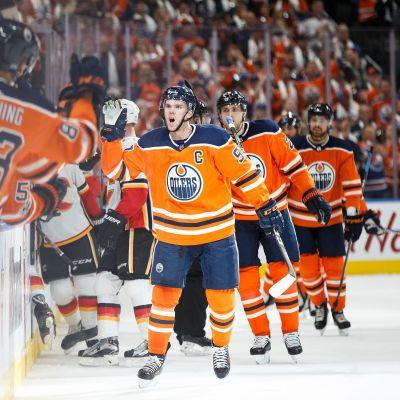 Connor McDavid gjorde tre mål i premiären för Edmonton.