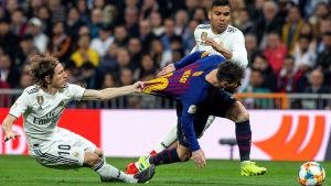 Luka Modric och Lionel Messi i närkamp.