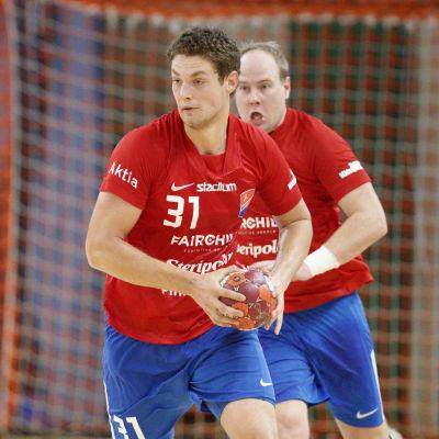 Max Granlund avancerar med boll.