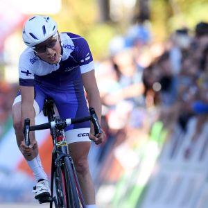 Cyklisten Jaakko Hänninen tävlar fokuserat.