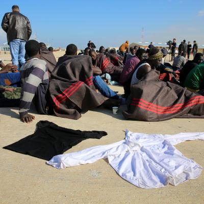 Räddade afrikanska migranter tas till en libyks flottbas utanför Tripoli. Omkring 800 000 migranter och flyktingar har tagit sig till Libyen i hopp om att nå Europa