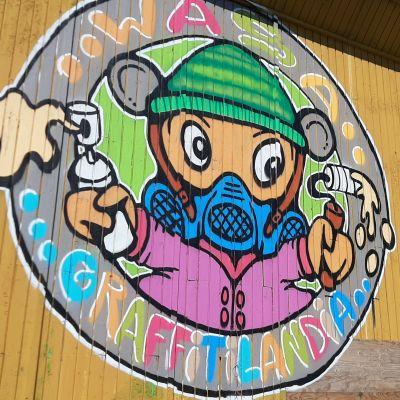 Graffitilandian Logon on tehnyt vaasalaislähtöinen ja nykyään Kirkkonummella asuva Graffititaiteilija Nina Kuu eli Nina Kuukari